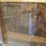 Trawertyn i marmur w kabinie prysznicowej