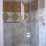 Trawertyn w kabinie prysznicowej