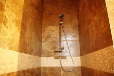 Jak dbać o trawertyn w kabinie prysznicowej?