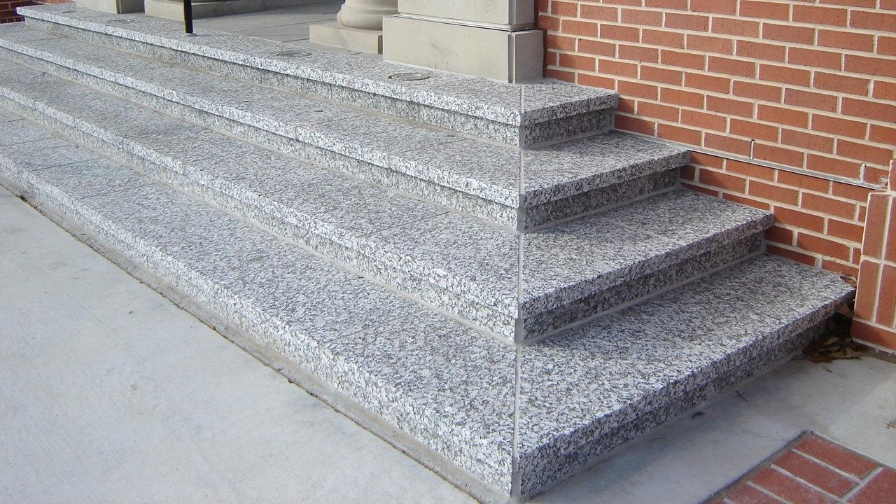 Schody granitowe zewnętrzne - solidne, funkcjonalne i estetyczne